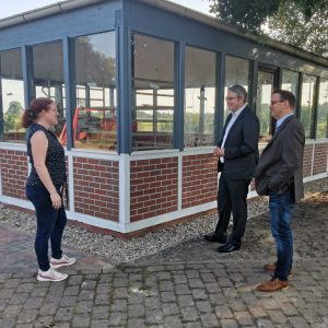 Jennifer Quell aus dem Ortsrat Ostendorf erläutert Landratskandidat Marco Prietz und Bürgermeisterkandidat Stefan Imbusch den Ablauf der Sanierung